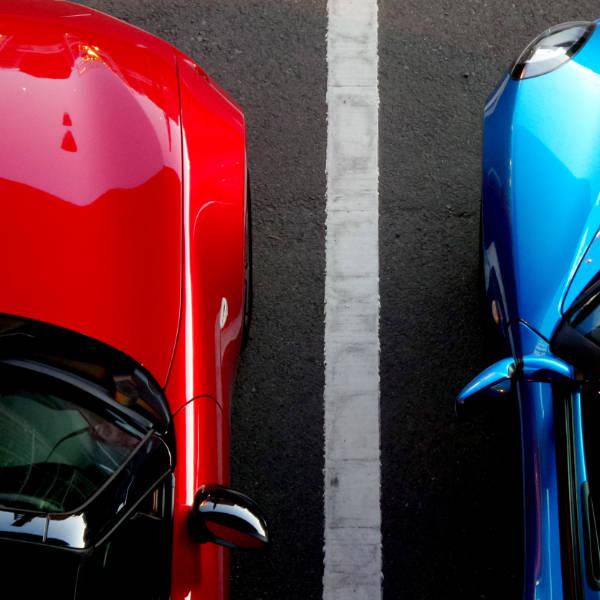 Zapfsäule für Elektrofahrzeuge auf dem deutschen Parkplatz