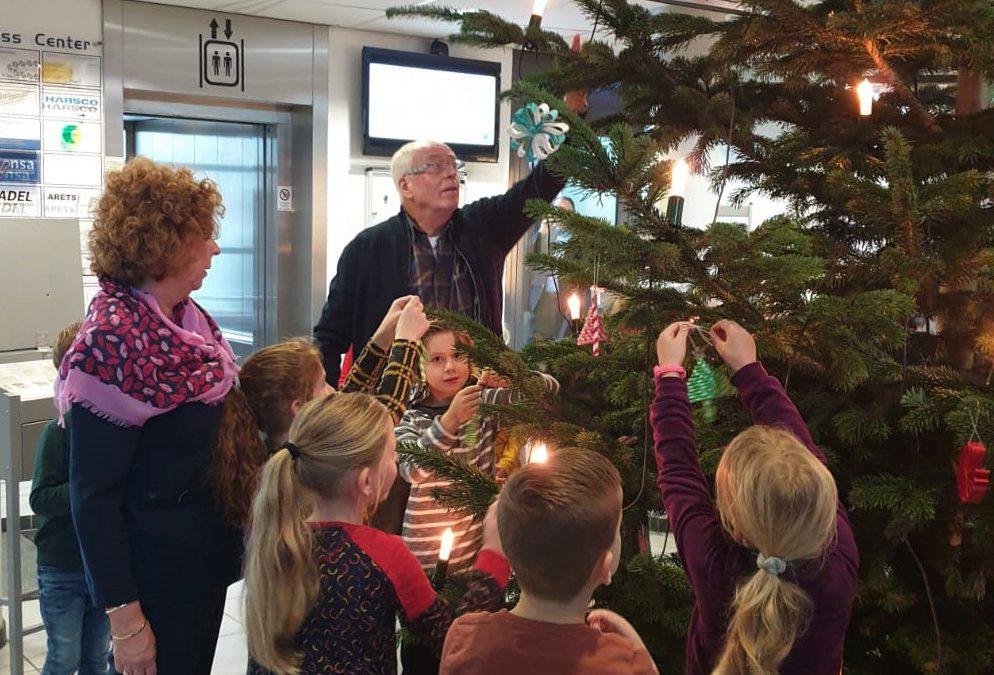 Traditioneel Smukken van de kerstboom in het EBC